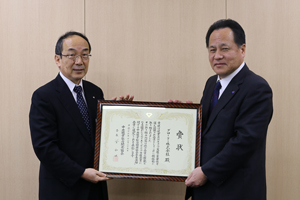 Receiving the award certificate from Executive Officer Nishitani  from Hyogo Vocational Ability Development Association