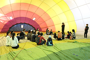 Lecture given in a balloon at the gymnasium
